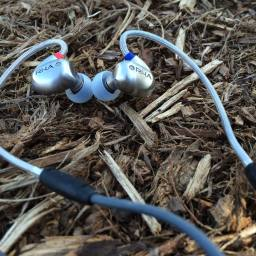 The T10i uses patent-pending, coiled-spring, mouldable ear hooks.