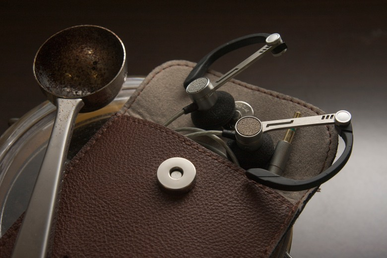 The beautifully-crafted Astrotec LYRA 6 is reminiscent of the popular Bang & Olufsen A8 earbuds.